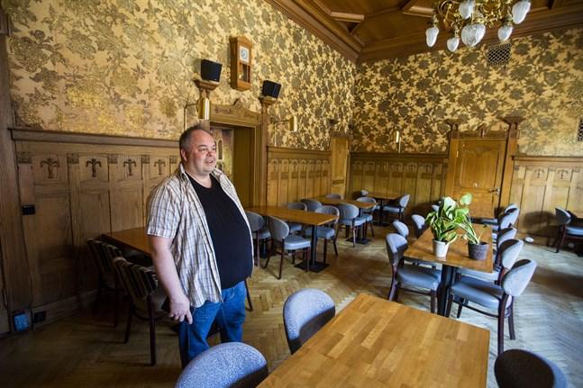 I vanliga fall har restaurang Bank plats för 200 kunder. Nu får man bara ha 100. Krögaren Saku Railio säger att man tar bort extra bord och stolar så kunderna inte sitter så tätt.