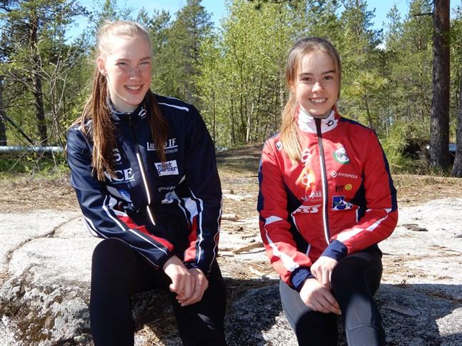 Teodora Westerlund och Rebecca Sandnäs trivdes på prispallen i svenska mästerskapen i rullskidskytte.