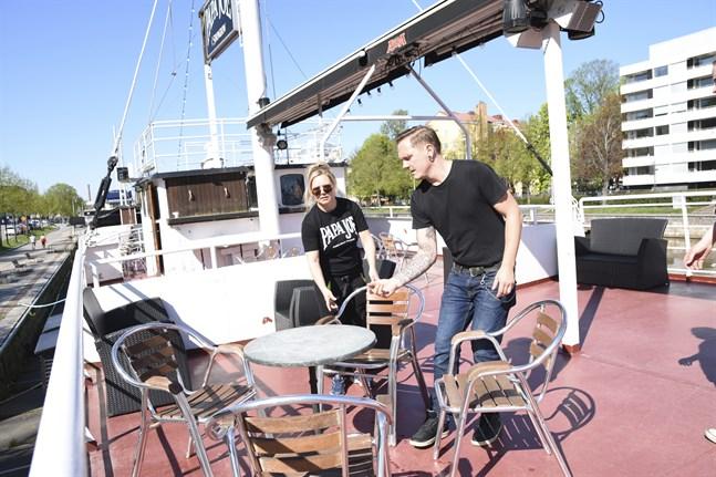 När SPT besökte restaurangbåten Papa Joe i Åbo tidigare i veckan förberedde sig Heidi Järvinen och Tony Laaksonen på att ta emot kunder från och med måndag.