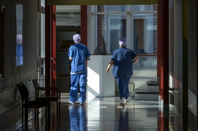 På landets sjukhus vårdas nu 74 coronadrabbade personer. Av dem behöver 10 intensivvård.