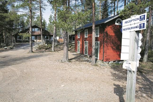 Kronoby kommun säljer hellre restaurangbyggnaden i bakgrunden för 20 000 euro än att man tvingas riva och flytta bort den.