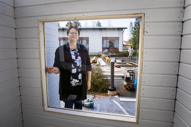 De äldre på serviceboende i Korsholm ska helst träffa sina anhöriga i  den här besöksboxen. Monika Björkqvist, chef för äldreomsorgen i Korsholm, hoppas på det men säger att det inte är direkt förbjudet att ta en promenad eller till och med en biltur för att hälsa på hemma.