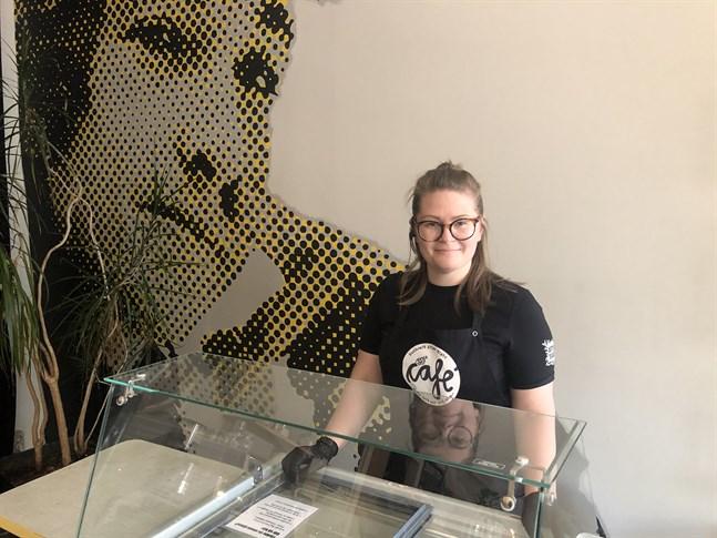 Mimmi West på Musikcafé After Eight välkomnar gäster att äta på plats igen. Från och med måndag säljer caféet också glass.