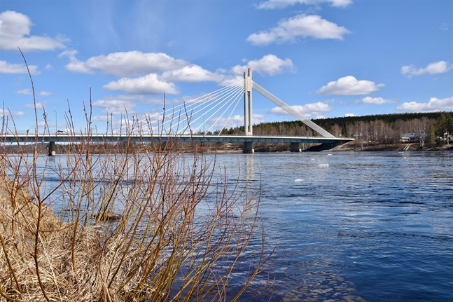 I Ounasjoki som är en biflod till Kemi älv har vattnet stigit oroväckande och förväntas stiga ytterligare en meter. På bilden syns Kemi älv.
