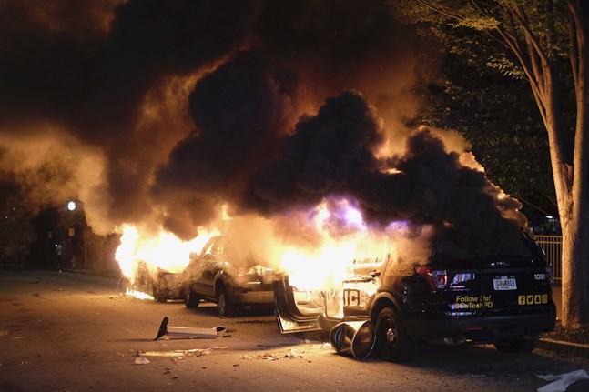 Bilar sattes i brand i Atlanta i samband med de stora protesterna under fredagskvällen.