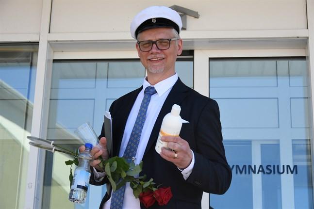 Närpes gymnasiums rektor Mikael Snickars hade händerna fulla när han kom ut från simhallens festsal efter fjolårets dimission. Desinfektionsmedlet var ett givet inslag – så lär det bli även i år.