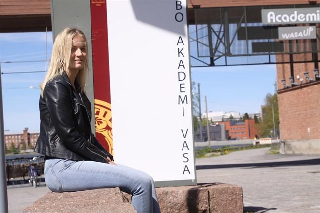 Ett år i Jakobstad och två år i Vasa har 22-åriga Sofie Nylund studerat för att bli lärare i småbarnspedagogik med inriktning på språkbad.