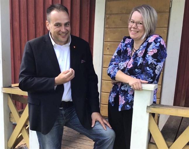Steven Frostdahl tillsammans med Sabina Forsbacka, ordförande för SFP:s lokalavdelning i Nykarleby.