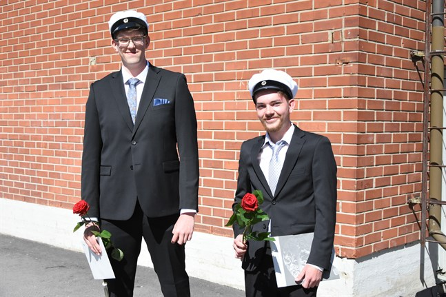 Anton Bonde från Finby och Walter Forsén från Kalax är två av Närpes gymnasiums 43 studenter.