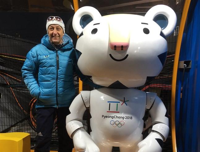 Kari Korpela har jobbat vid skidgymnasiet i Sollefteå sedan mitten av 1980-talet, men hans internationella engagemang inom skidskyttet för honom ofta utanför landets gränser.