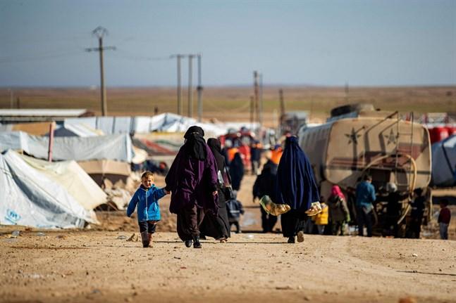 Kvinnor och barn i al-Hol. Tre familjer från lägret har nu rest tillbaka till Finland.