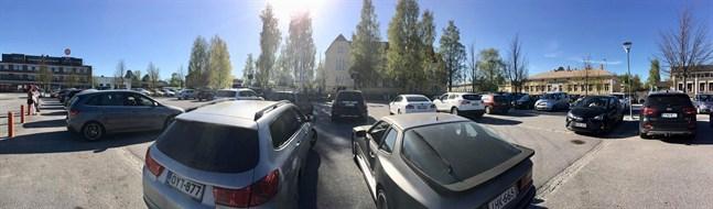 Ett femtiotal bilar stod parkerade på torget i Nykarleby på pingstaftonen då man firade drive-in-gudstjänst.