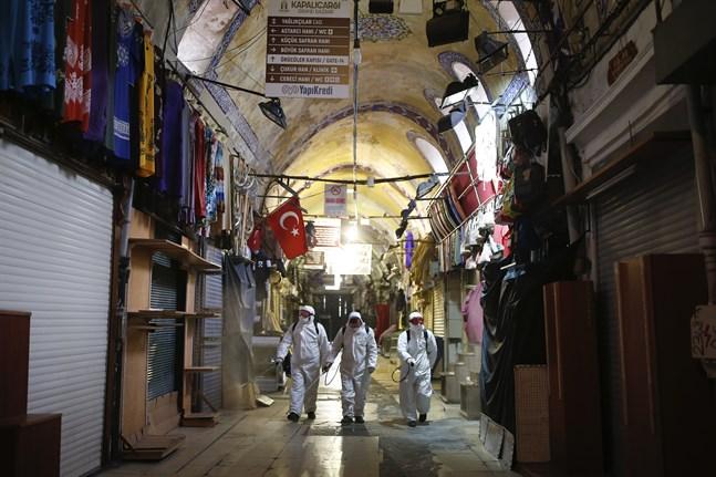 Stora basaren i Istanbul har legat öde i två månader. Här pågår desinficering i slutet av mars.