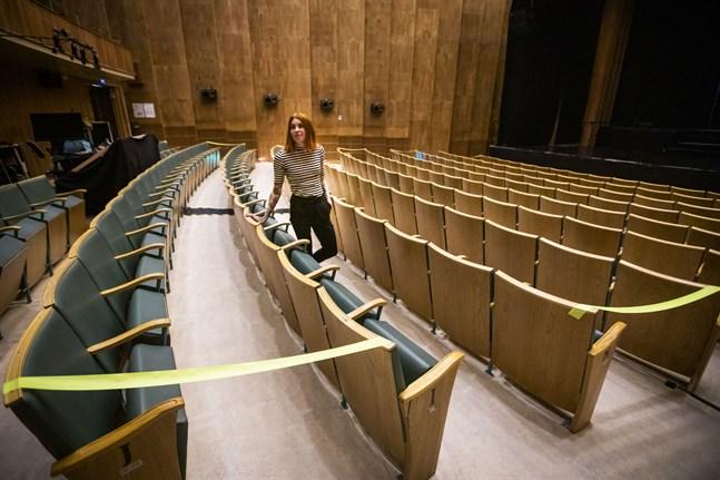 På de filmkvällar som Skafferiet Ritz ordnat under sommaren har man lämnat varannan rad tom och haft två tomma platser mellan varje sällskap för att hålla säkerhetsavstånd mellan besökarna. Det kommer man att fortsätta med, berättar verksamhetsledare Jessica Mattila.