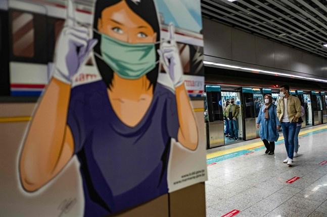 Tjeckien införde masktvång med hot om böter – i ett tidigt skede. Resultatet har varit strålande och Tjeckien kan nu lätta på övriga restriktioner med gott samvete, skriver Daniel Paro i sitt inlägg angående frågan om ansiktsskydd kan skydda en själv eller andra från virus. Bilden är tagen i tunnelbanan i Istanbul, Turkiet, den 27 maj.