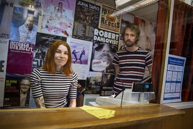 Jessica Mattila och Valter Lidsle på Ritz är glada över att kunna öppna biografen igen, trots att det inte var något lätt beslut. De kom på att de kan sälja biljetterna i den gamla biljettkassan från 50-talet – den har ju redan plexiglas.