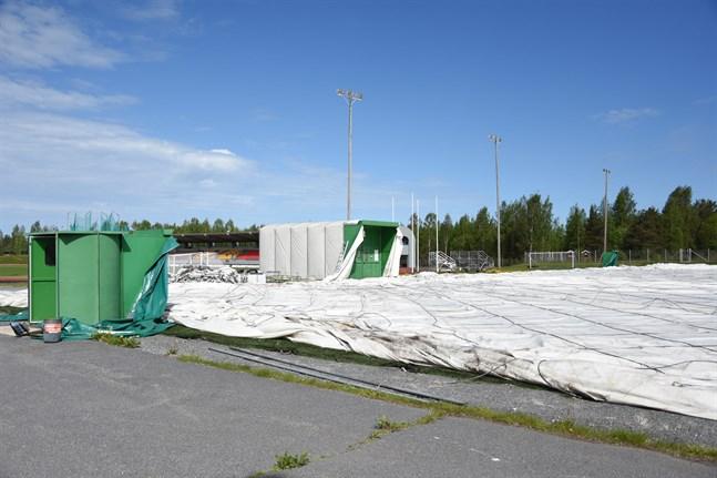 Så här såg det ut när bollhallen på Mosedal togs ner i juni. Nu är det osäkert när den kommer upp igen.