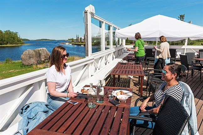 Olivia Ennenga och Sujata Ichadka är sjuksköterskor vid Malmska. De är nöjda över att få besöka restaurang Pavis igen för en sommarlunch tillsammans.