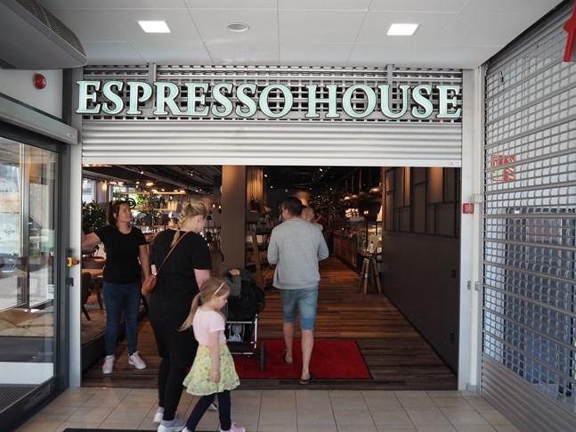 Terhi Nekkula, områdeschef för Espresso House i Karleby, hissade rullgallret för de första kaffegästerna på måndagen.