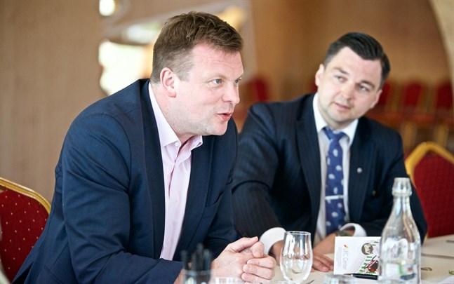 Ville Skinnari, minister med ansvar för utrikeshandelsfrågor, träffade exportföretagen i Vasa på måndagen. Här är han på innovationscentret med Joakim Strand vid sin sida.