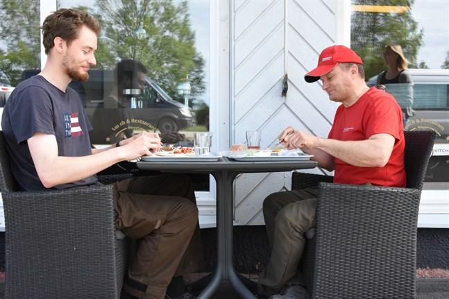 Äntligen, tycker Victor Åstrand och Mikael Franzén som passade på att äta ute på måndagen när restaurangen slog upp sina dörrar.