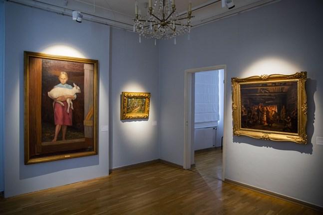 """Hugo Simbergs verk """"Lammflickan"""", till vänster, där konstnären har avbildat familjens 12-åriga piga med ett lamm i famnen. Den andra två konstverken har nationalromantiska motiv med ett landskap och dans i en bondestuga."""