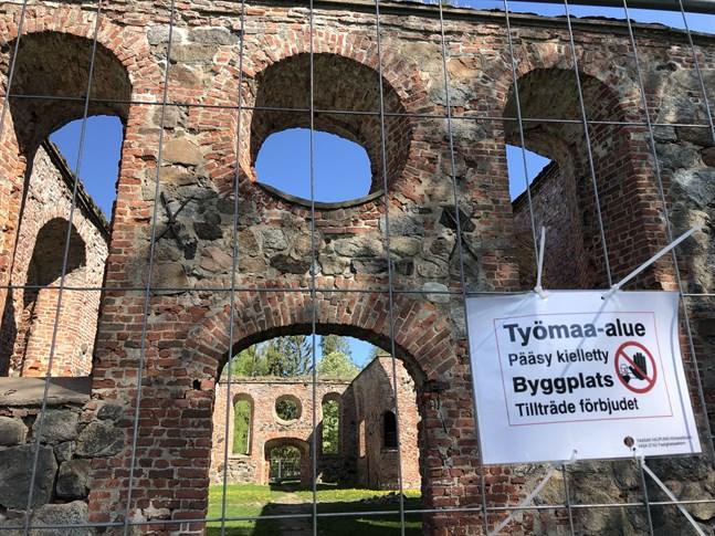 Nu är kyrkoruinen avstängd i Gamla Vasa. Från Vasa stads sida hoppas man att de akuta reparationerna ska räcka för att kunna öppna ruinerna igen i höst.