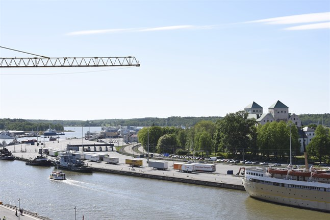Viking Lines check-in för bilar och långtradare ska flytta från stranden framför Åbo slott och därmed öppnas området vid Aura ås mynning för stadsbor och turister. En idétävling för område fick in 129 bidrag och en vinnare utses i höst.