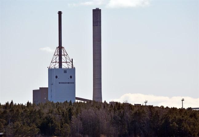 Skorstenen, som är 153,5 meter hög, är den högsta i Finland.