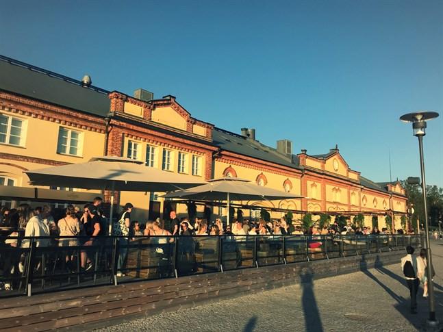 Vid Inre Hamnens terrass var det många som njöt av sol och musik redan från dag ett. Enligt företagare Tommi Mäki är de noga med avstånd och har beställt många liter av handdesinfektion.