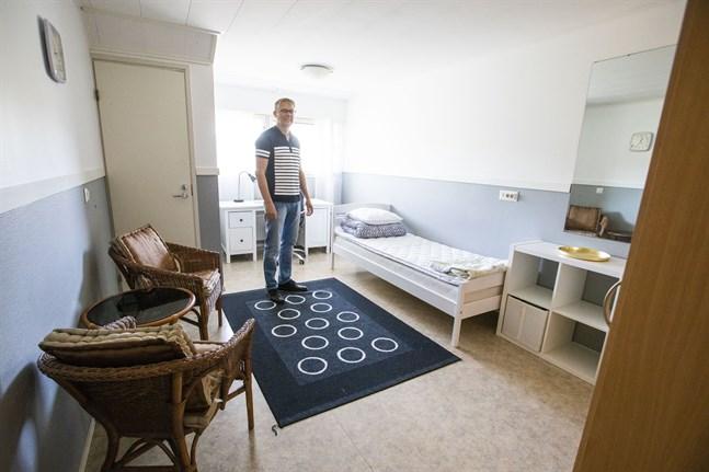 Mats Hägglund, direktör på Vörå migrationscenter, visar ett rum där flyktingbarn som kommer till Oravais utan föräldrar ska bo.