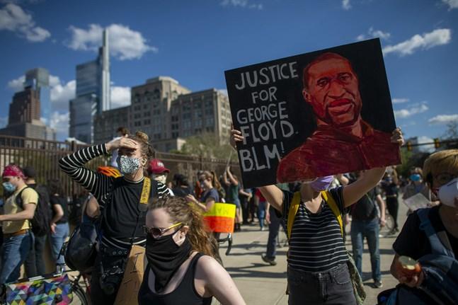Demonstranter med en bild av George Floyd vid en manifestation i Philadelphia den 1 juni.