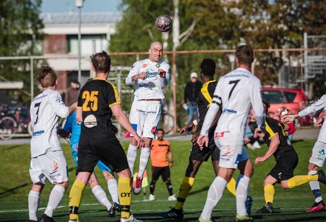 JBK:s Pavle Milosavljevic når högst på den här bollen.