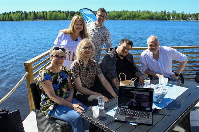 Så här såg det ut under inspelningen på Thomas Enroths brygga. Sittande från vänster i bild Ami Aspelund, Philip Järvenpää, Thomas Enroth och Charles Plogman. Stående från vänster i bild Heléne Nyberg och Thomas Lundin.