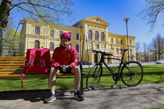"""""""Det är svårt att hitta jobb nu så jag är glad att jag fick det här"""", säger David Påsztor som cyklar hem mat till Vasabor."""