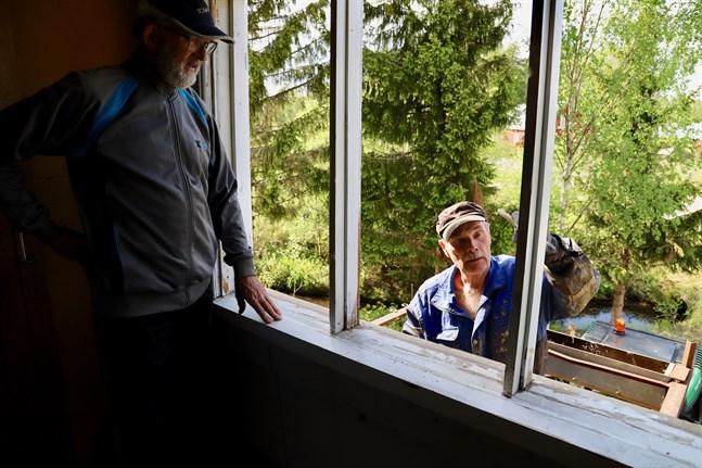 Bo-Greger Nygård och Holger Sarin är två av byborna som är med och räddar bönehuset i Keskis. Bo-Greger gladdes åt det stora intresset när han tog tag i projektet.