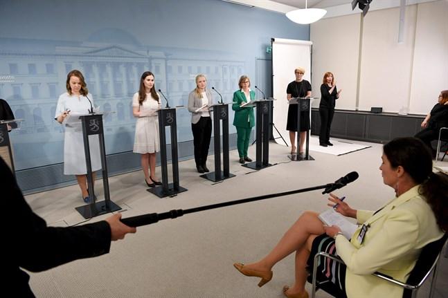 Regeringen presenterade den enorma tilläggsbudgeten på tisdag kväll. På bilden Katri Kulmuni, Sanna Marin, Maria Ohisalo, Anna-Maja Henriksson samt informationschefen Päivi Anttikoski.