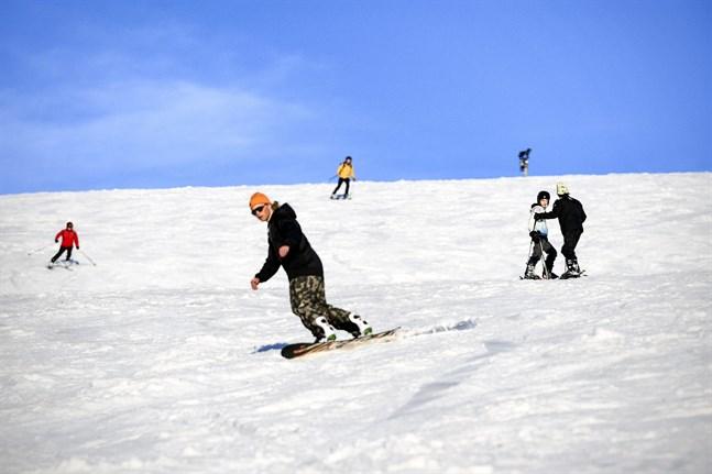 Längre norrut i Lappland njuter skidåkarna av att åka slalom i värmen i Saariselkäs backar. Slalombackarna stängdes på grund av coronaviruset, men den 1 juni öppnades backarna igen.