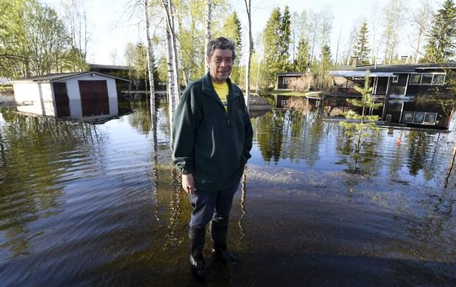 Markku Lemmetty står på sin gård i Rovaniemi. Han gläds åt att vattnet i Kemijoki redan har sjunkit undan en hel del.