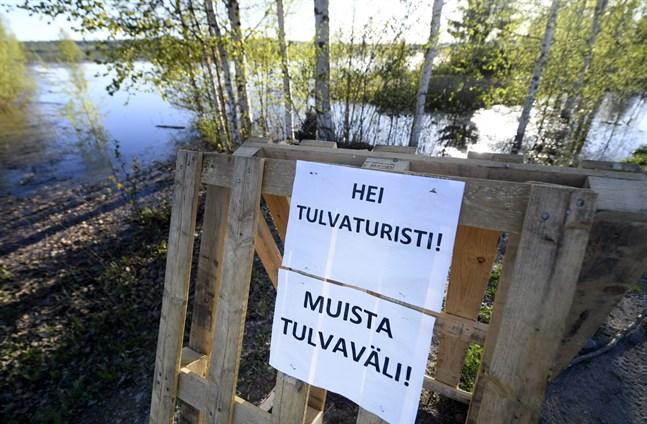 Skylten i Rovaniemi uppmanar översvämningsturister att hålla avståndet.