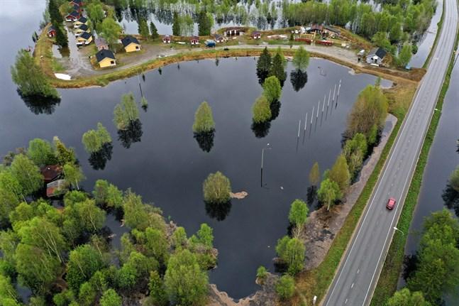 Ounasjoki har svämmat över och vattnet flödar in i stugbyn i Kittilä.