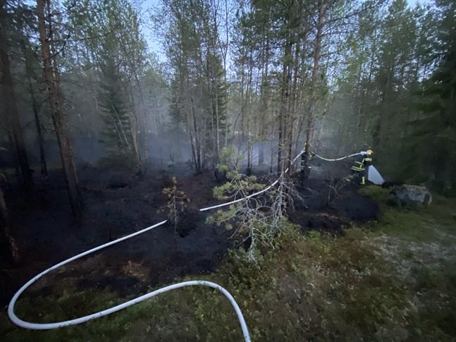 Räddningsverket jobbar med att släcka branden.
