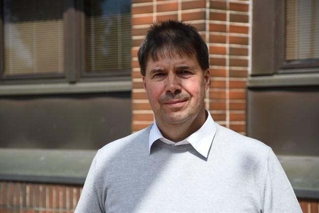 I två år till kommer Närpes skuldbörda att växa, men från 2022 är det tänkt att staden ska börja betala bort sina lån, berättar ekonomidirektör Kent-Ole Qvisén,