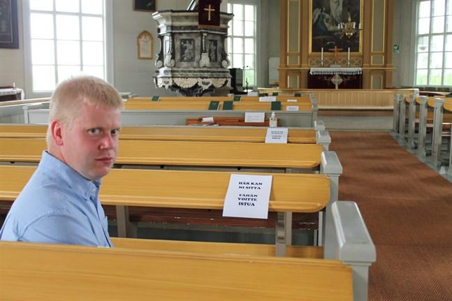 I Nedervetil kyrka har vaktmästaren Johannes Brännkärr lagt ut lappar för var kyrkobesökarna kan sitta.
