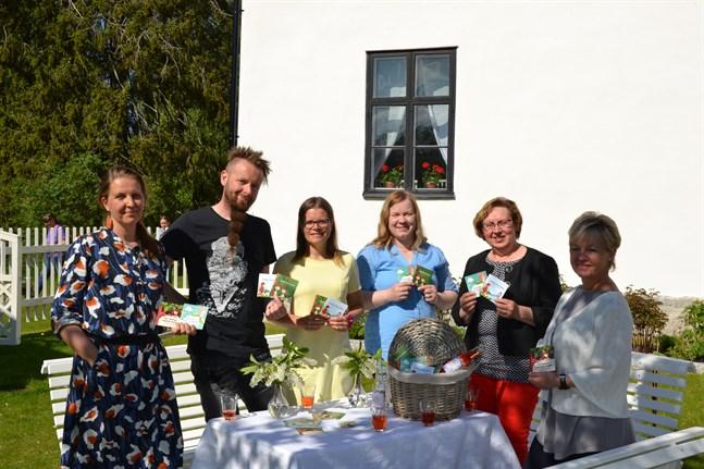 Nu är miniböckerna med sagor av Zacharias Topelius färdiga. Från vänster i bild illustratören Terese Bast, Emil Wingren och Laura Holm från Nykarleby Kultur & Fritid, Johanna Häggblom, Catrin Wiik och Anna-Lie Haglund från Nykarleby bibliotek.
