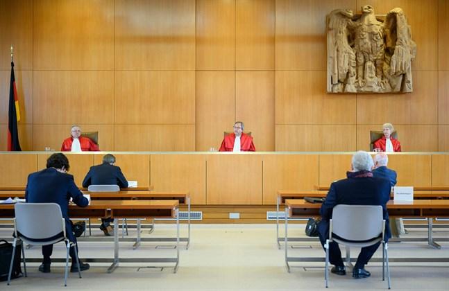Enligt den tyska författningsdomstolens dom strider obligationsköpen, som centralbanken ECB inledde 2015, mot tysk lag. Domstolen beordrade tyska regeringen att begära en redogörelse av Centralbanken inom tre månader, beträffande obligationsköpens laglighet, skriver K-G Backholm. Bilden är tagen den 5 maj, när domarna M Huber, Andreas Voskuhle och Doris König avger domen i Karlsruhe.
