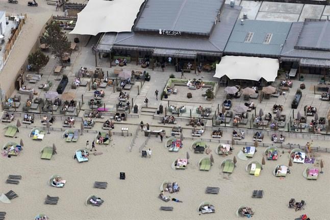 Stranden i Zandvoort lockar många. Men medan finländare välkomnas till Nederländerna efter mitten av juni, är varken britter eller svenskar välkomna.