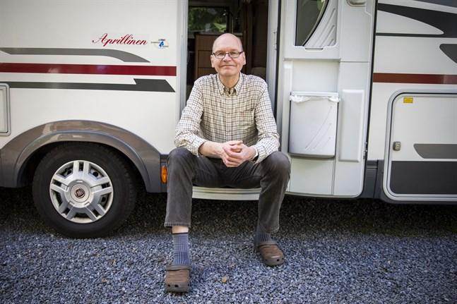 Heikki Kaukoranta vet inte hur läkarna ska räcka till för att kolla alla resenärer i hamnen. Han får väl parkera husbilen där för att kolla nattfärjan, skojar han.
