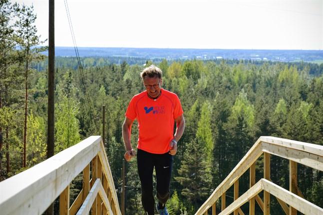 Frejvid Niemi är både byggmästare och användare av den nya Vargbergstrappan. Att avverka de 196 stegen i språngmarsch är tufft konstaterar han.