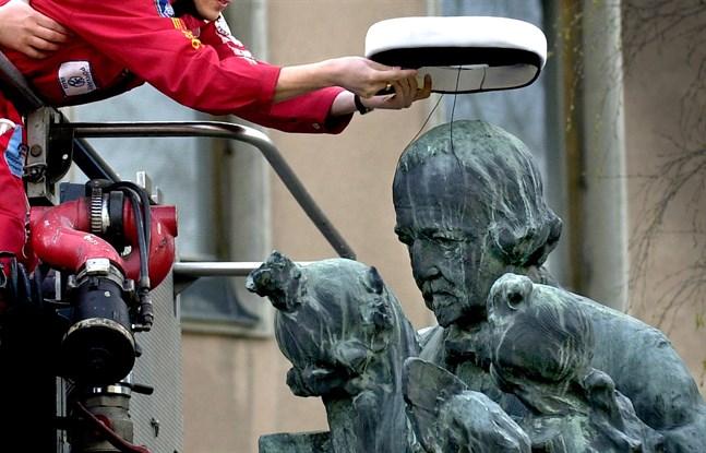 Här fick statyn av Zacharias Topelius en studentmössa på  hjässan 2004.